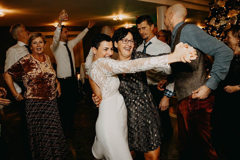 bruid danst met moeder Lanaken