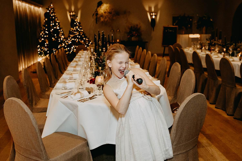 Bruidsmeisje feestzaal winterhuwelijk