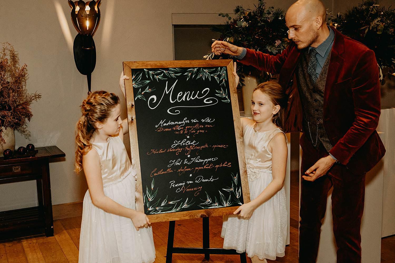 bruidsmeisjes dragen krijtbord menu winterhuwelijk