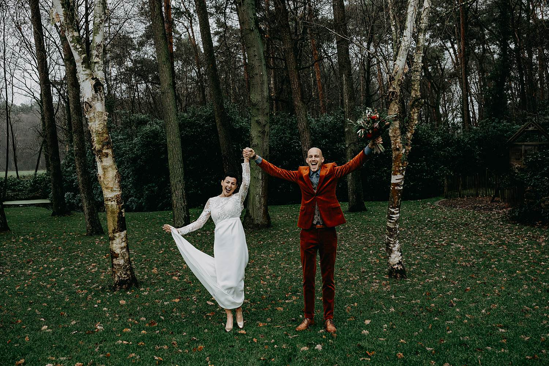 bruidspaar juicht winterhuwelijk tuin
