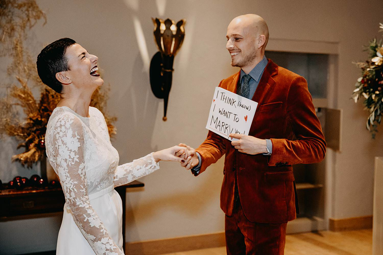 bruidspaar lacht binnenceremonie