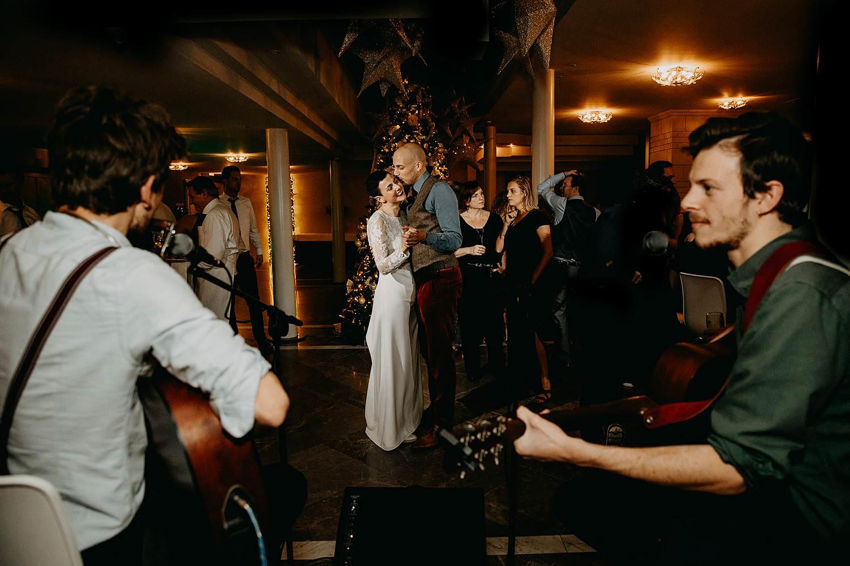 bruidspaar met live band
