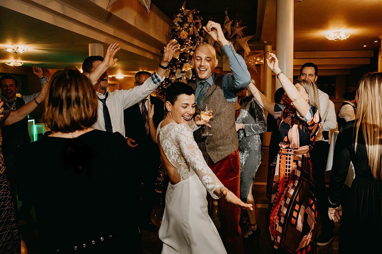 bruidspaar uitbundig dans