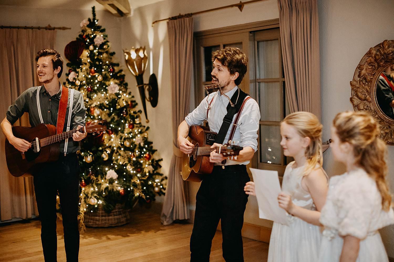 muzikanten met bruidsmeisjes voorstelling
