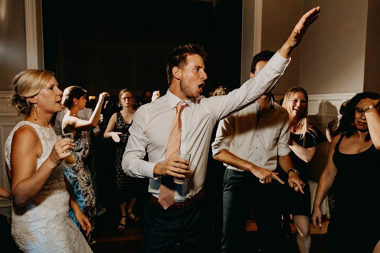 Trouwparty gasten dansen