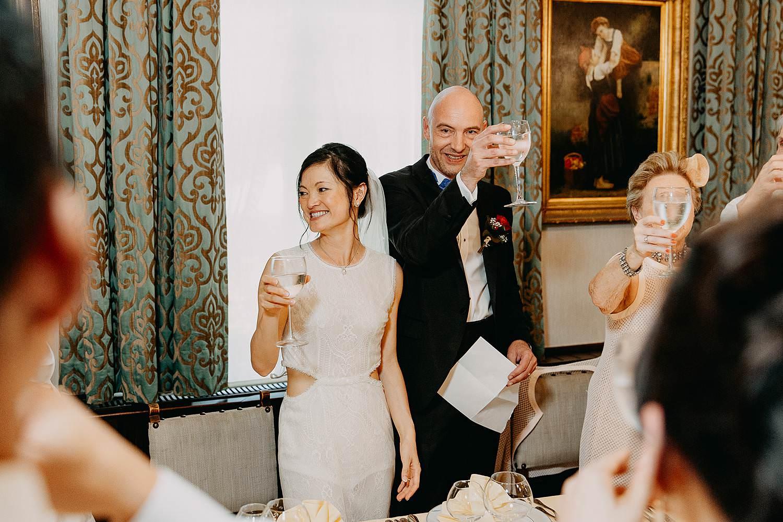 Kasteel Van Nieuwland bruidspaar toast met wijn