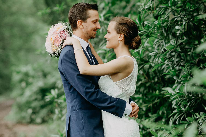 Kalmhout bruidspaar huwelijksreportage in tuin