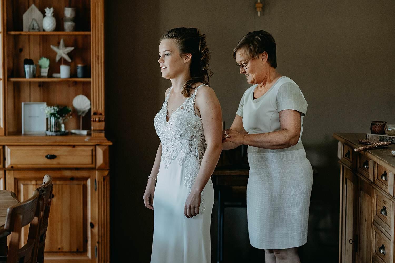 Aalbeke aankleden bruid door moeder