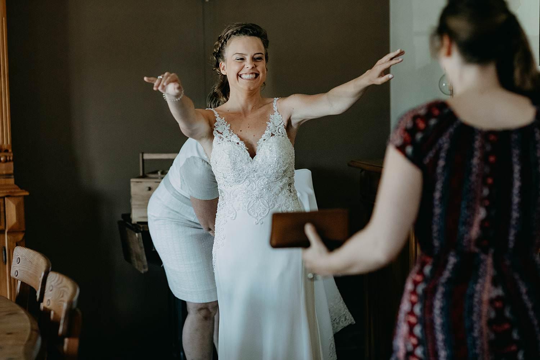 Aalbeke voorbereiding bruid met vriendin