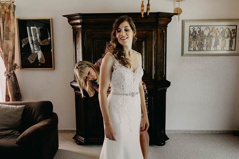 Aankleden bruid Brecht