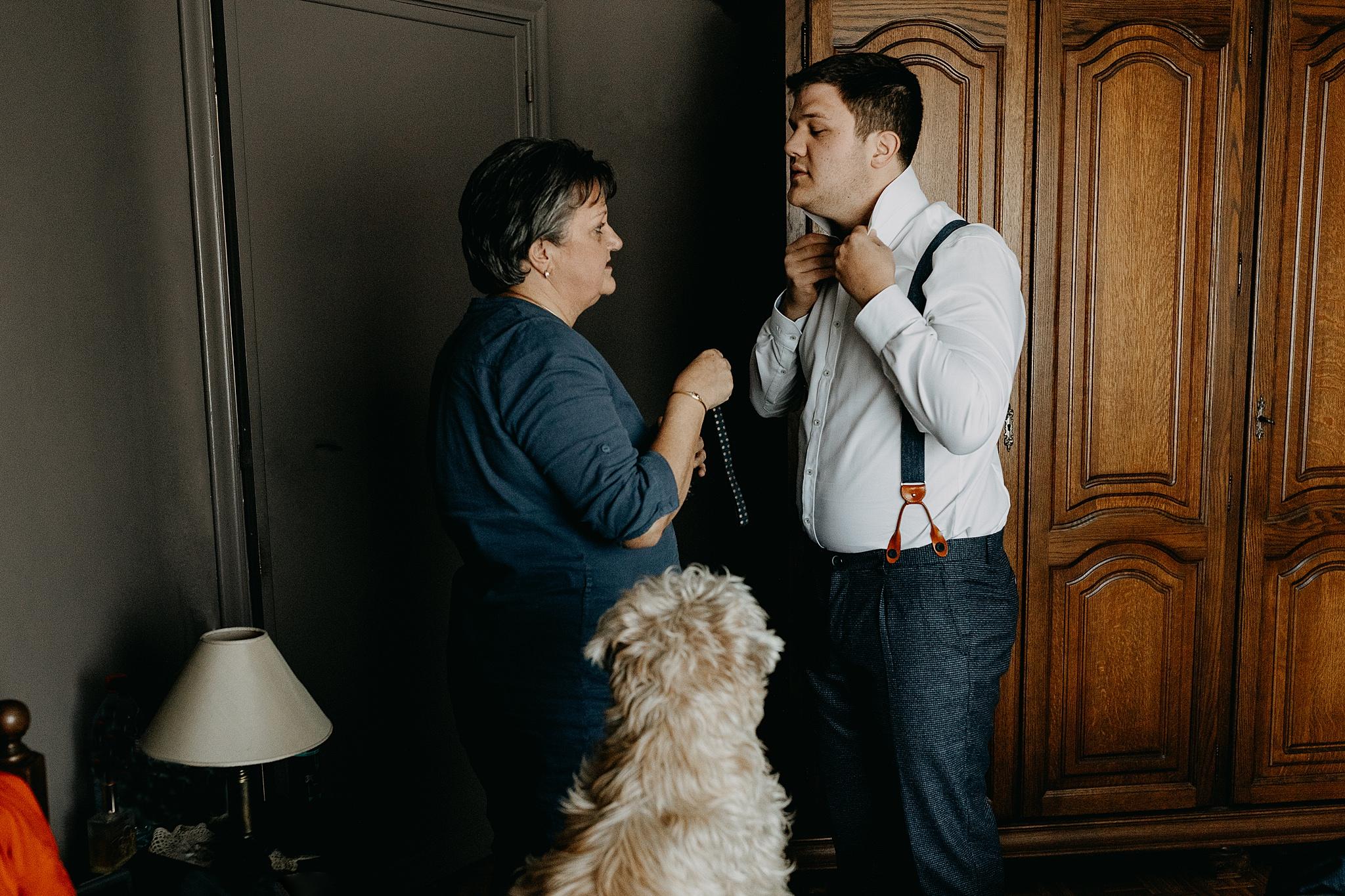 aankleden bruidegom met poedel hond