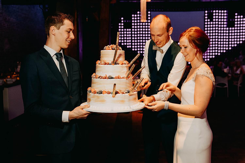 Tiendschuur aansnijden bruidstaart