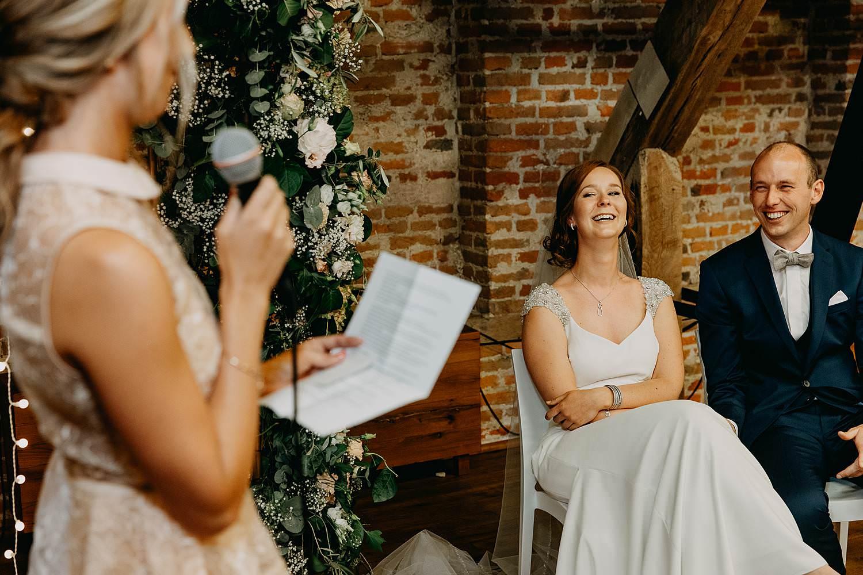 Abdij Herkenrode binnenceremonie huwelijk binnenceremonie bruidspaar lacht