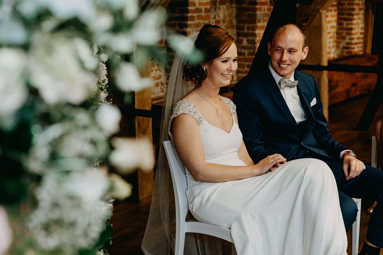 Abdij Herkenrode binnenceremonie huwelijk binnenceremonie bruidspaar op stoel