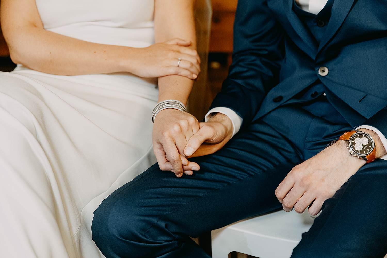 Abdij Herkenrode binnenceremonie huwelijk binnenceremonie details handen bruidspaar