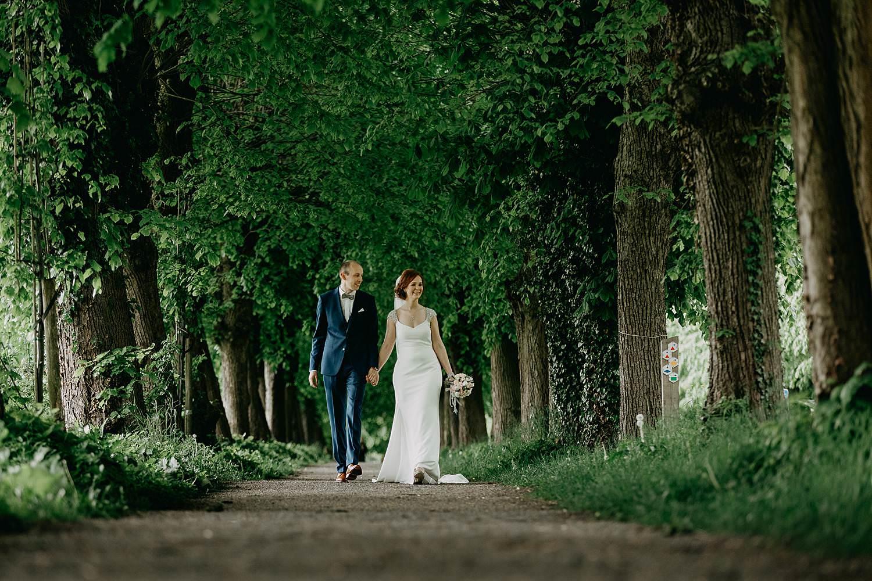 Abdij Herkenrode bruidspaar wandelt in dreef