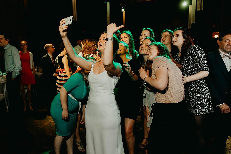 Abdij Herkenrode dansfeest bruid maakt selfie met vriendinnen
