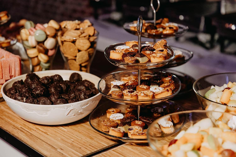 Tiendschuur dessertbuffet feestzaal huwelijk