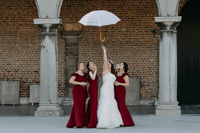 Alden Biesen bruid met bruidsmeisjes