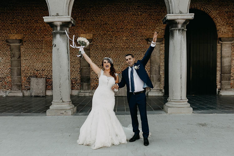Alden Biesen bruidspaar juicht binnenplein