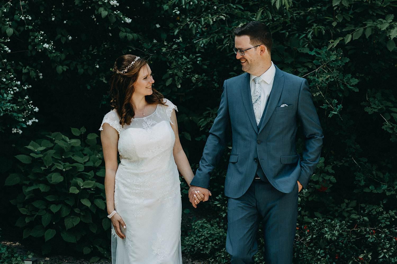 Alden Biesen bruidspaar loopt hand in hand