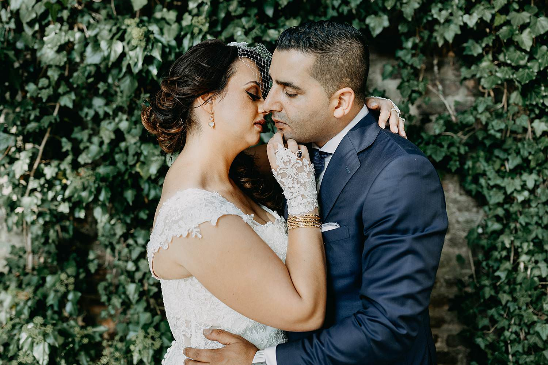 Alden Biesen huwelijk knuffel bruidspaar