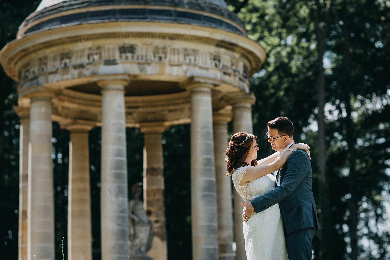 Alden Biesen huwelijksreportage bruidspaar bij kapel