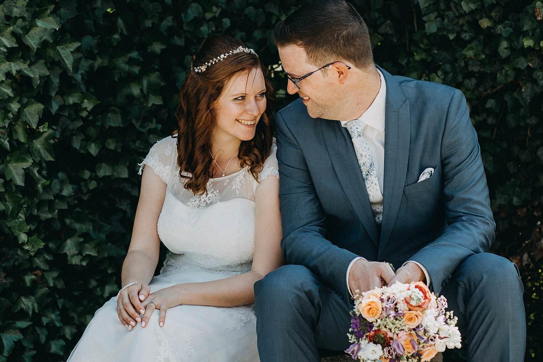 Alden Biesen huwelijksreportage bruidspaar zit