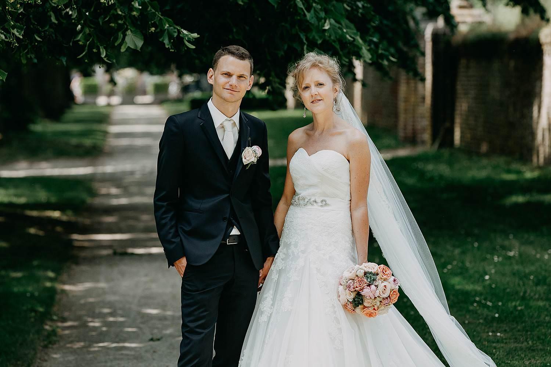 Alden Biezen huwelijksreportage bruidspaar in dreef