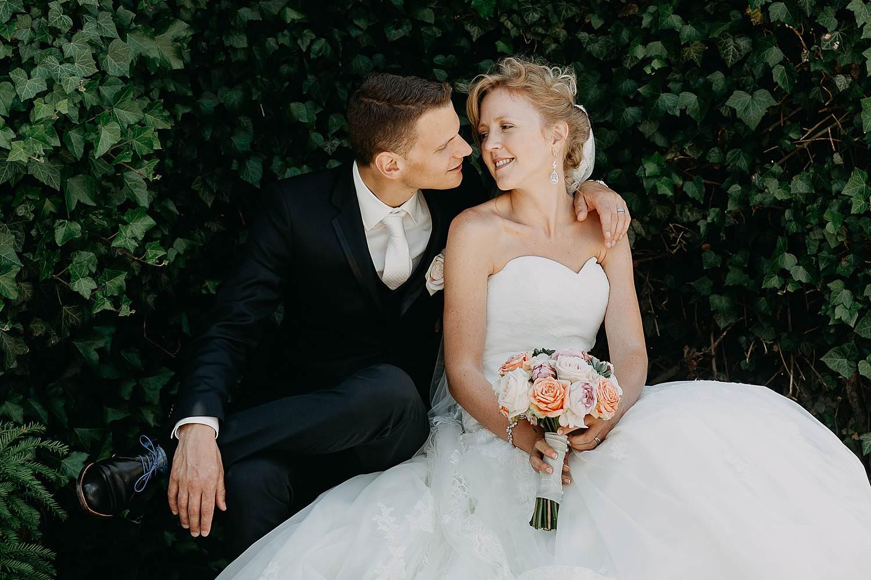 Alden Biezen huwelijksreportage bruidspaar in tuin