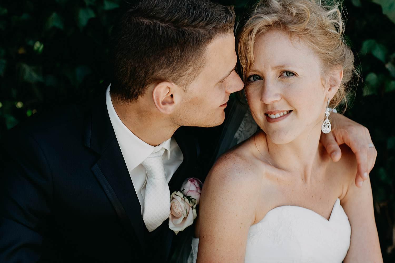 Alden Biezen huwelijksreportage bruidspaar kust in tuin