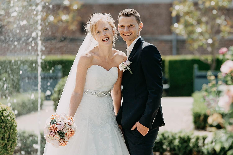 Alden Biezen huwelijksreportage bruidspaar wandelt in tuin