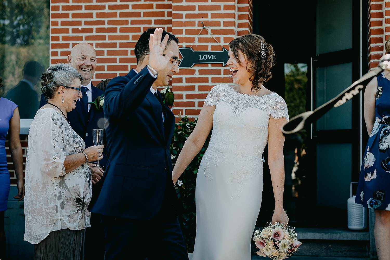 Alken first look bij voordeur bruidspaar lacht