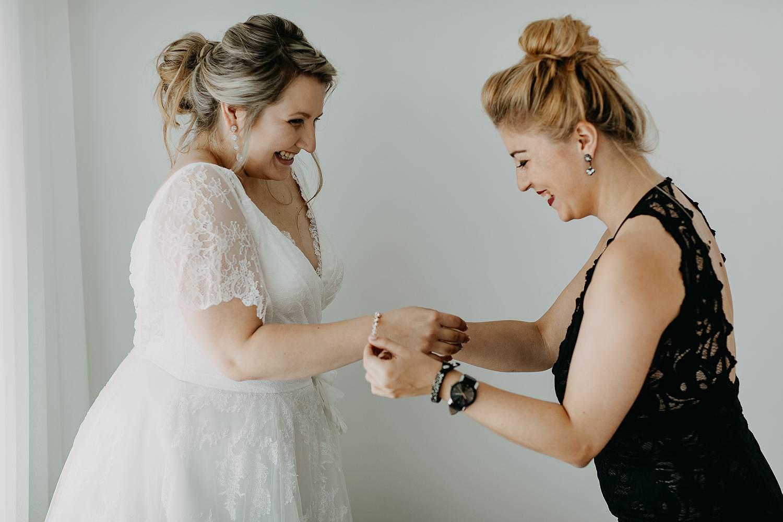 Antwerpen huwelijk juwelen aanbrengen bruid