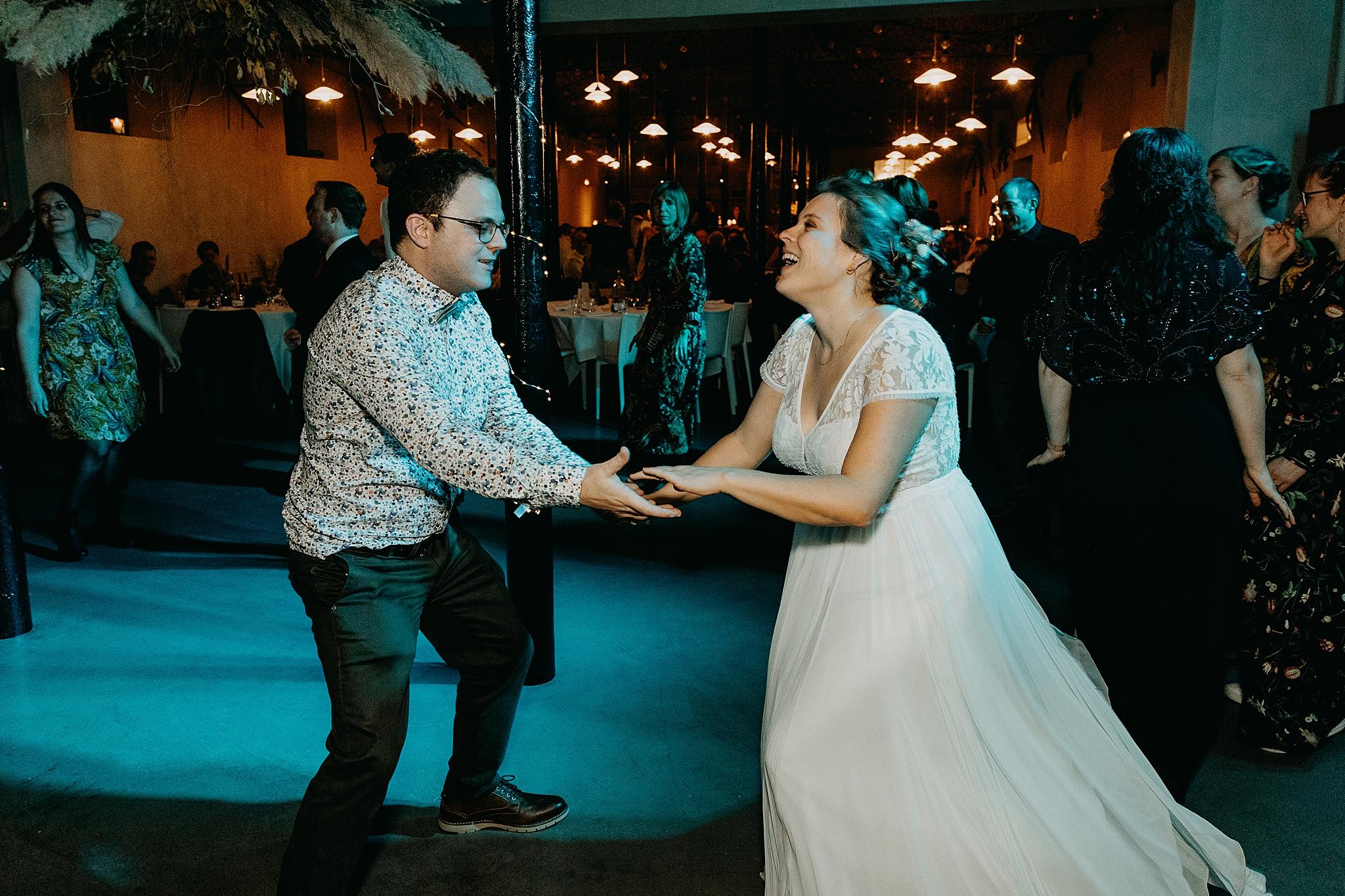 Aulnenhof huwelijk bruid danst vriend
