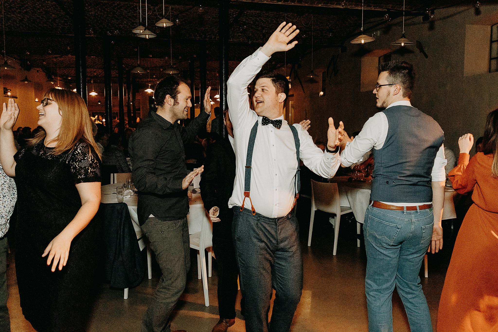 Aulnenhof huwelijk bruidegom danst vrienden