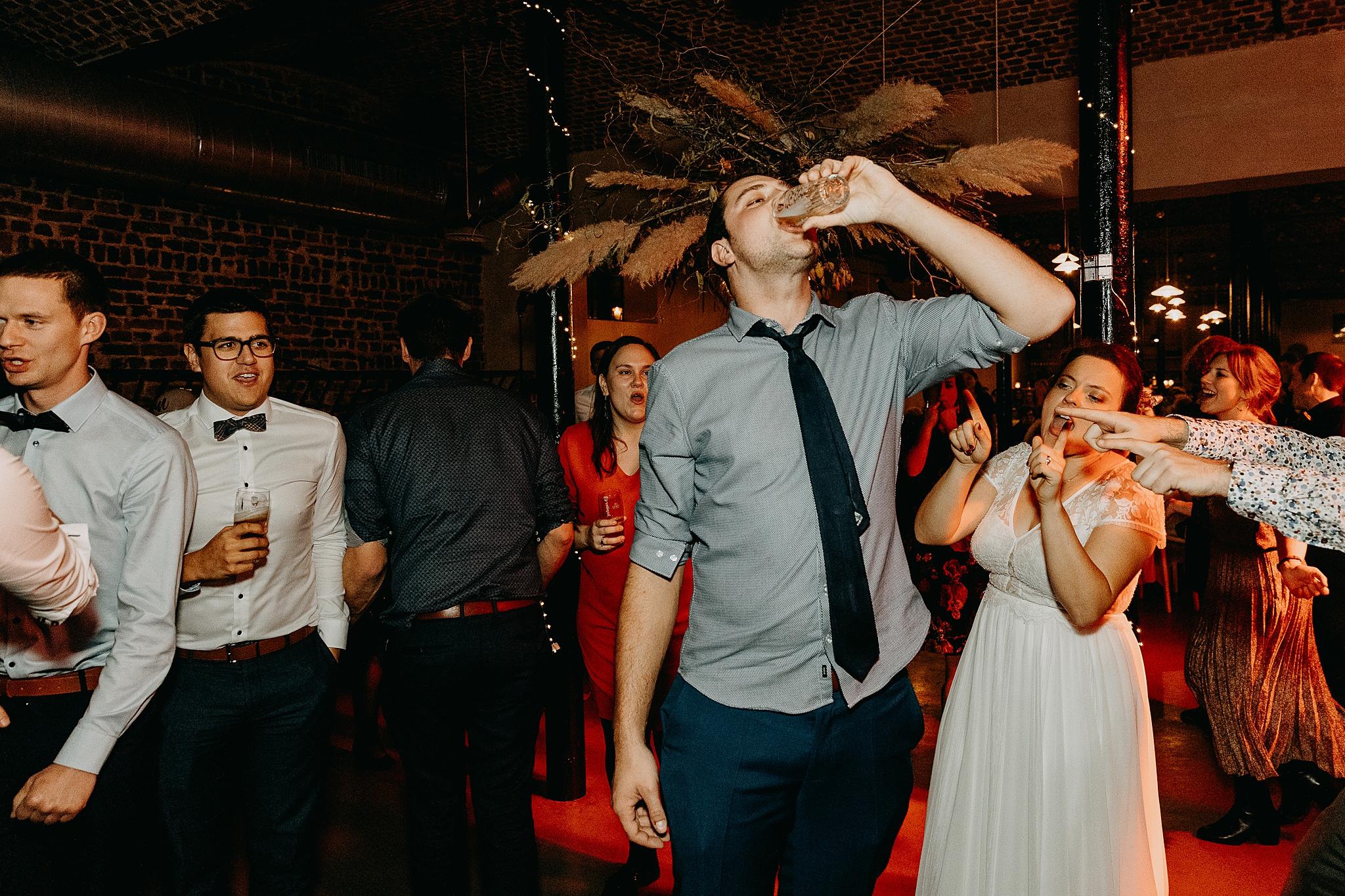 Aulnenhof trouw gast drinkt bier dansvloer