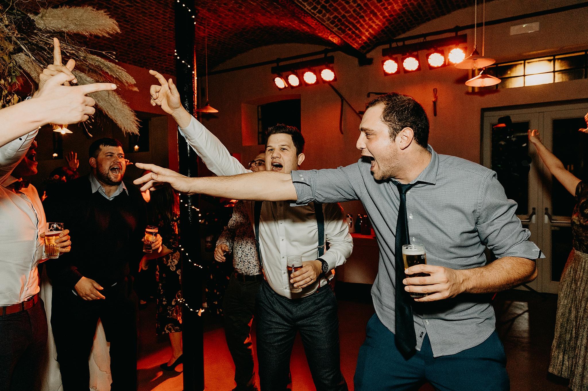 Aulnenhof vrienden dansfeest huwelijk plezier