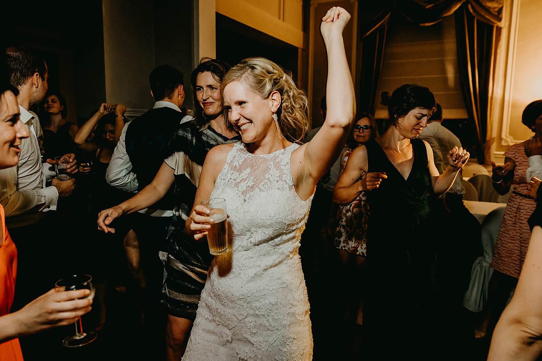 Avondfeest huwelijk bruid danst