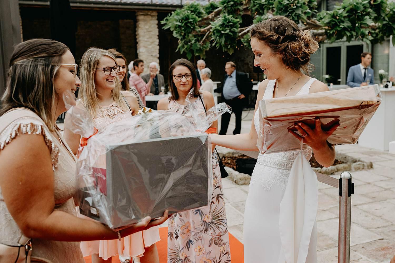 Beekhoeve bruid ontvangt cadeau