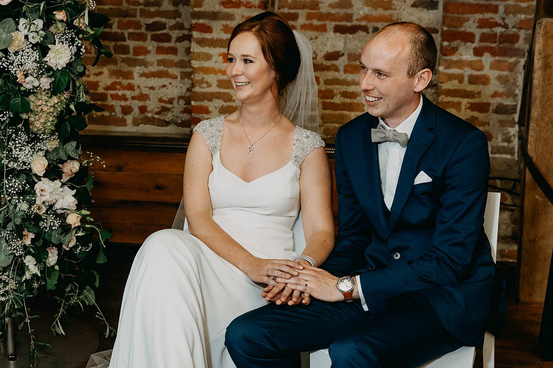 Binnenceremonie bruidspaar geniet