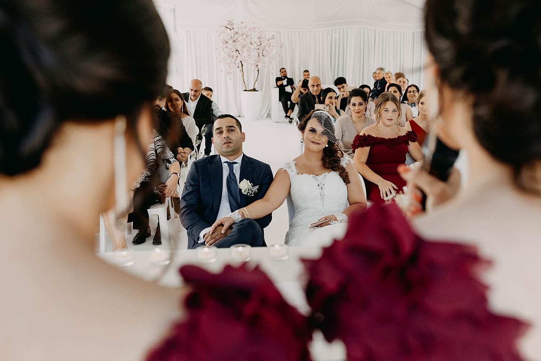 binnenceremonie Hoeselt bruidspaar luistert
