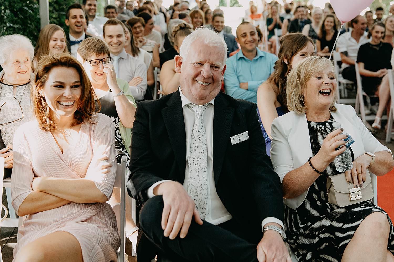 Binnenceremonie huwelijk familie kijkt toe