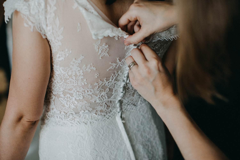 bruid dichtknopen bruidsjurk