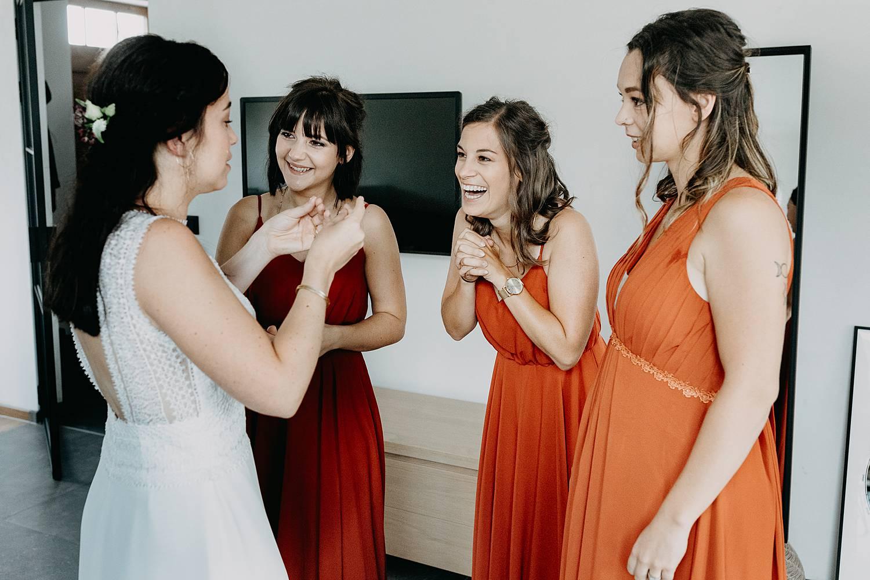 bruid met vriendinnen voorbereiding