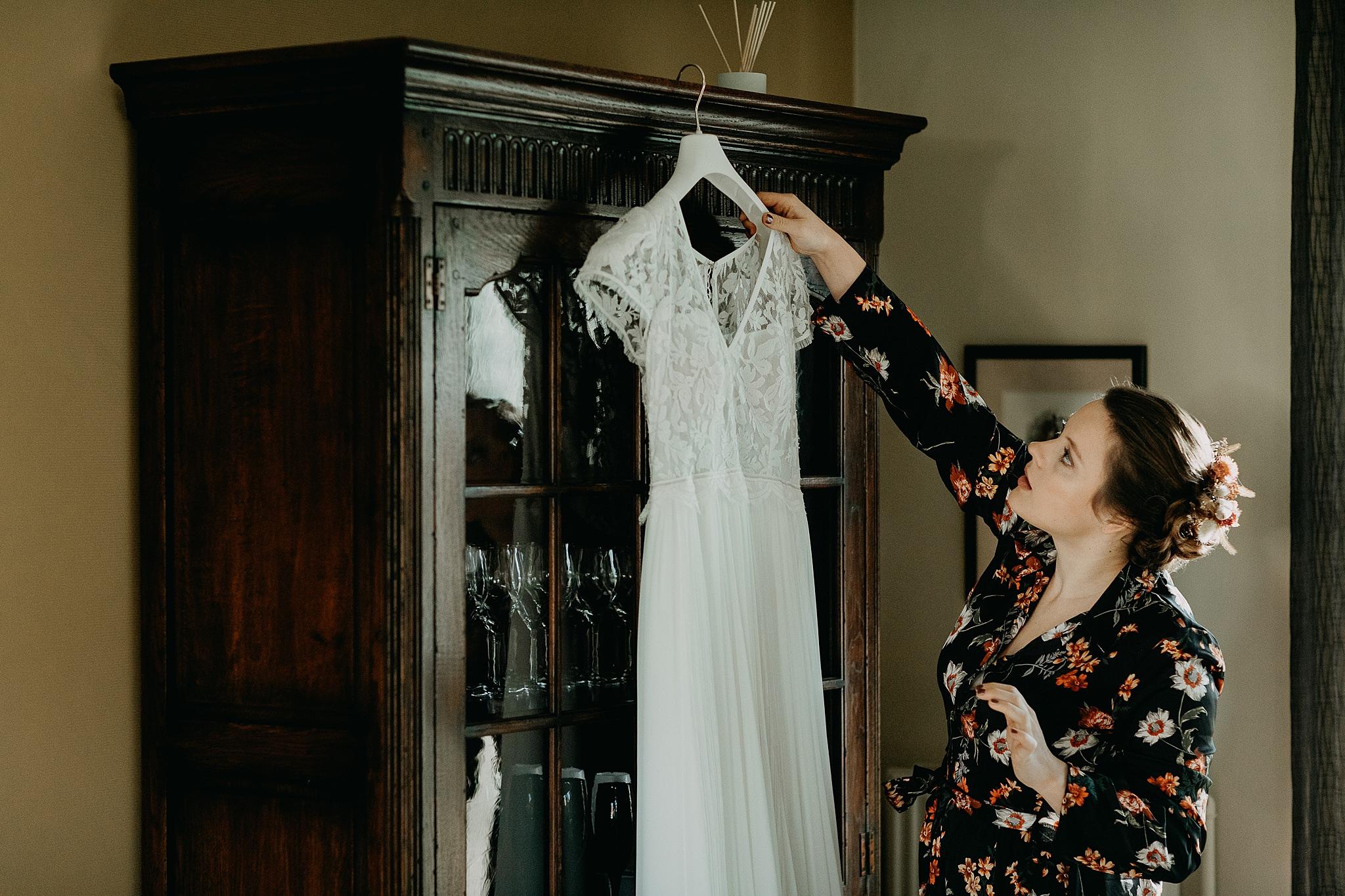bruid afnemen bruidskleed kast