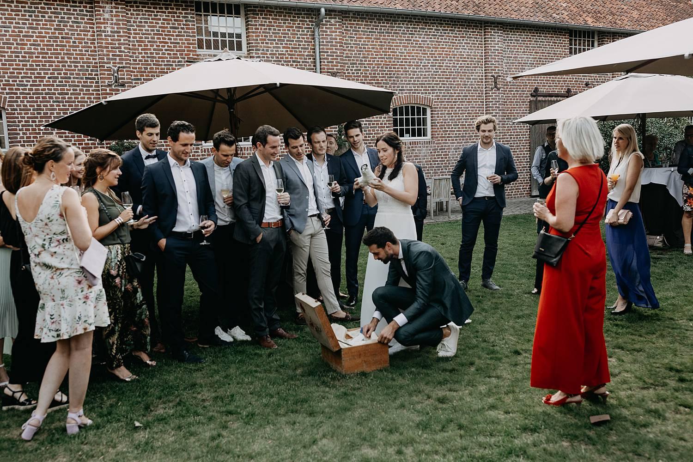 bruid opent cadeau huwelijk receptie tuin