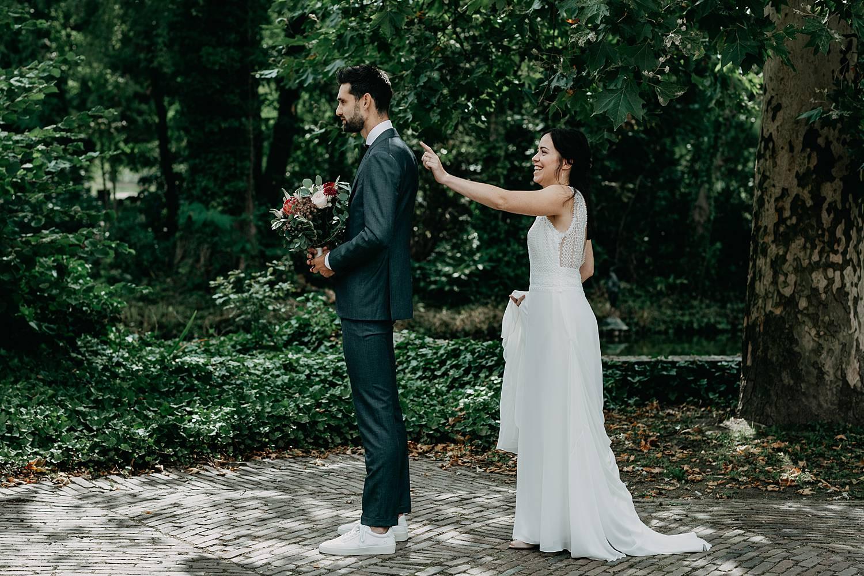 bruid tikt schouder bruidegom first look