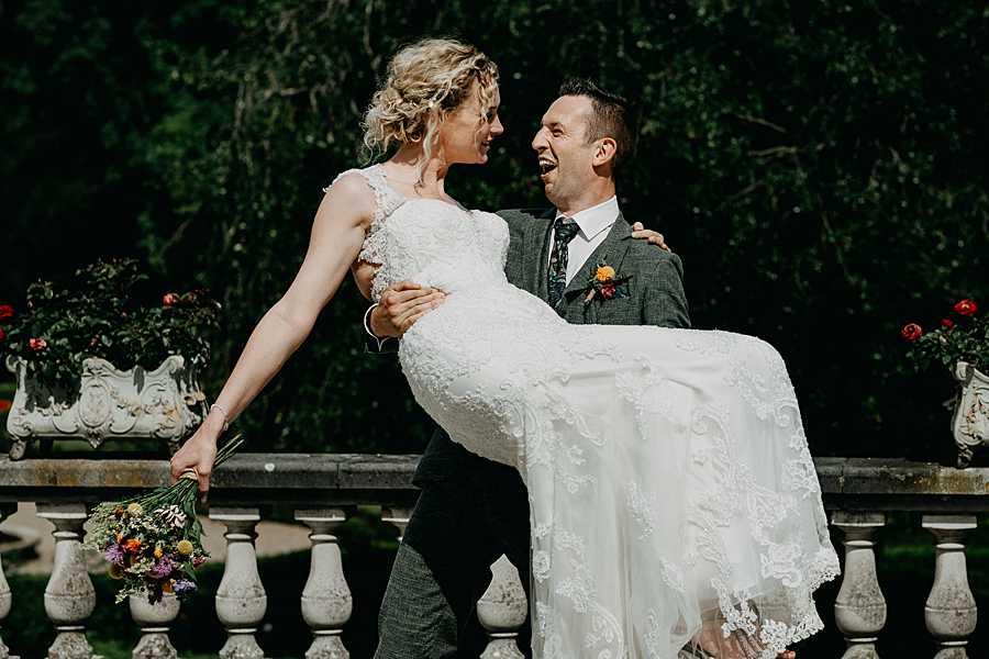 Bruidspaar op balkon Wijnkasteel Genoelselderen