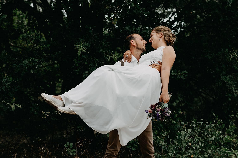 bruidegom draagt bruid De Teut